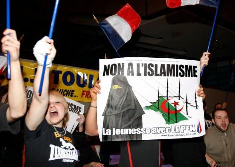 """L'association """"Agir pour la citoyenneté"""" porte plainte contre le FN"""