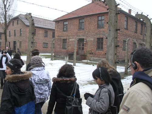 Les élèves de Condrieu et Meyzieu et leur guide à l'entrée d'Auschwitz I