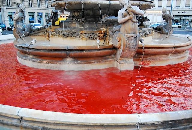 La fontaine de la place des Jacobins avait l'apparence d'une mare de sang