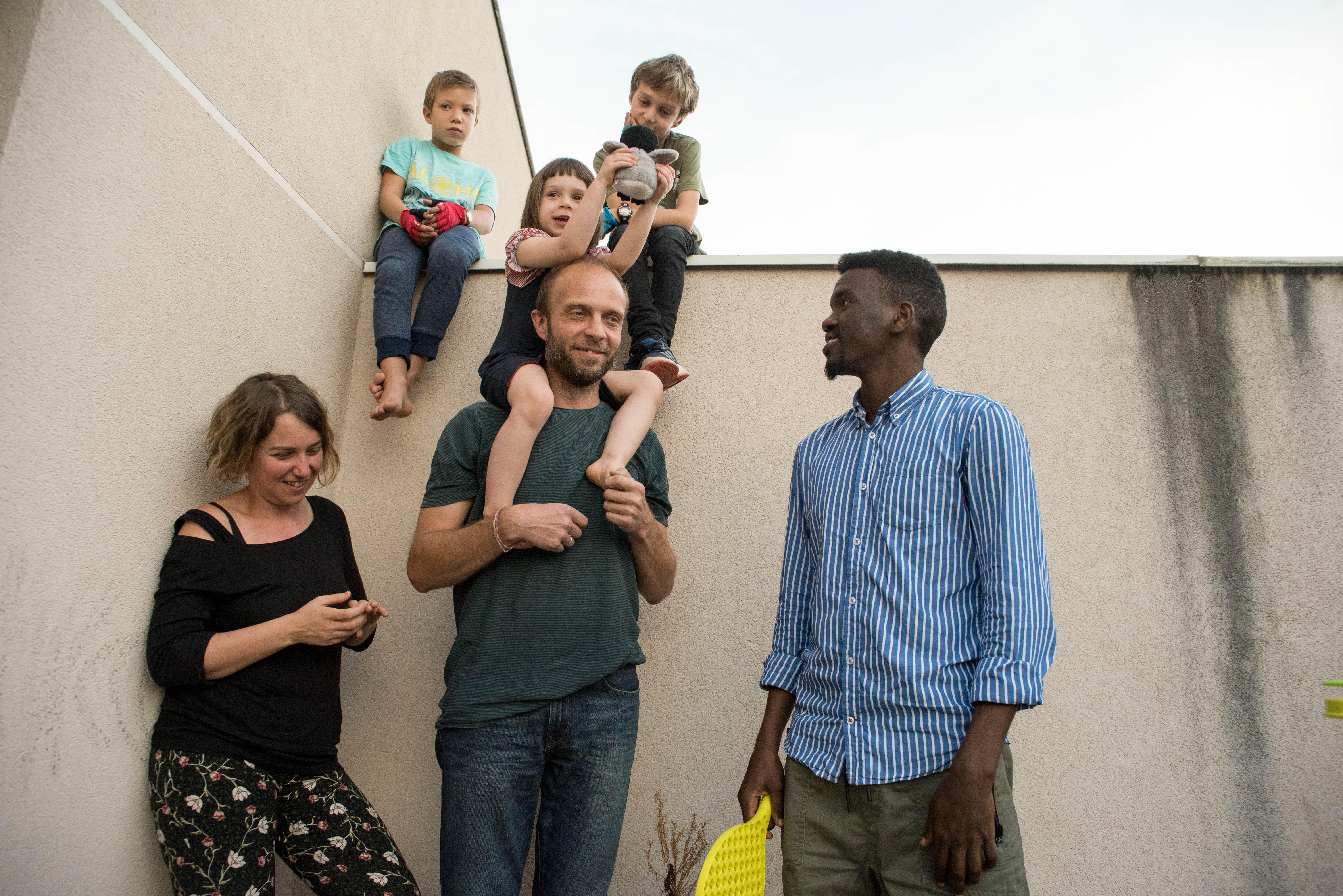 Keren en compagnie d'un réfugié qu'elle a accueillie - DR © Julie L. & Kenia S.