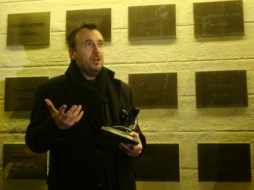 Fred Cavayé, entouré de Bertrand Tavernier et Thierry Frémaux, reçoit le Prix Jacques Deray