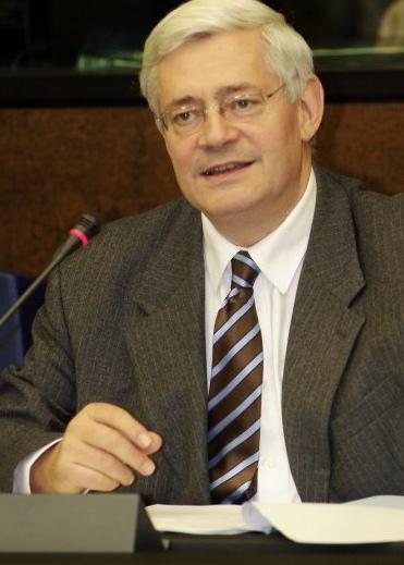 Bruno Gollnisch : «Petit bonhomme pas mort !»
