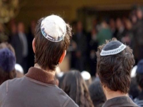 Trois jeunes juifs agressés au marteau et à la barre de fer près de Lyon