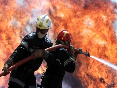 Un incendie et des explosions ravagent un camp de gens du voyage