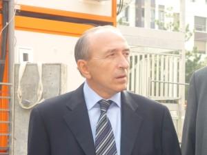 Gérard Collomb entarté lors d'une visite dans le quartier de la Guillotière