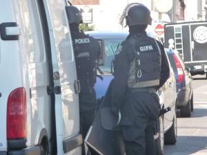 Il jette un pavé de 2 kg sur les policiers