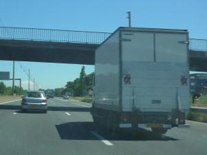 La cargaison d'un camion vidé pendant que le chauffeur dormait