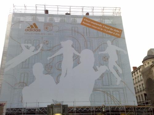 La grande bâche publicitaire de l'OL place Bellecour a été enlevée (vidéo)