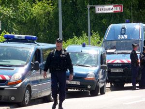 Les gendarmes inspectent le chantier de l'A89