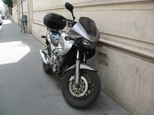 Ne jetez rien par vos fenêtres, cela peut être dangereux pour les deux-roues