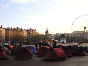 Un campement installé devant la mairie du 8e arrondissement