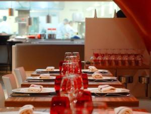 Un chef japonais aux baguettes d'un restaurant Le Bec