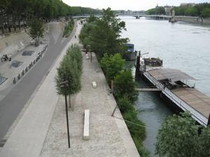 Une embrassade géante a lieu vendredi après-midi sur les berges du Rhône, quai Augagneur