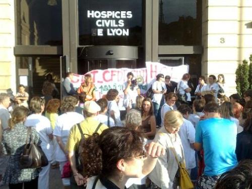 Une soixantaine de personnes rassemblées jeudi devant le siège des HCL