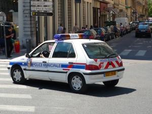 Une voiture de police caillassée à Villeurbanne
