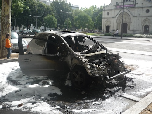 Une voiture en feu vendredi matin sur le cours Charlemagne