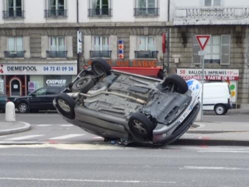 Une voiture sur le toit dimanche midi