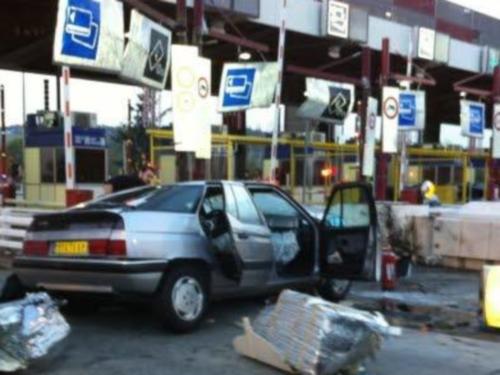 Rhône : une voiture percute les rails de protection du péage