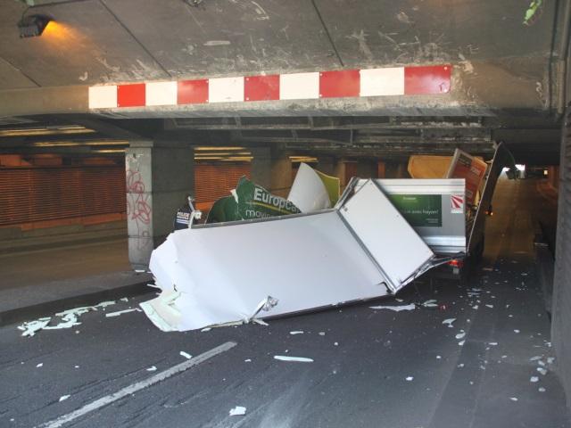 Lyon Part-Dieu : un camion hors-gabarit vole en éclat sous une trémie