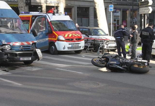 spectaculaire collision entre une moto et un camion de gendarmerie lyon. Black Bedroom Furniture Sets. Home Design Ideas