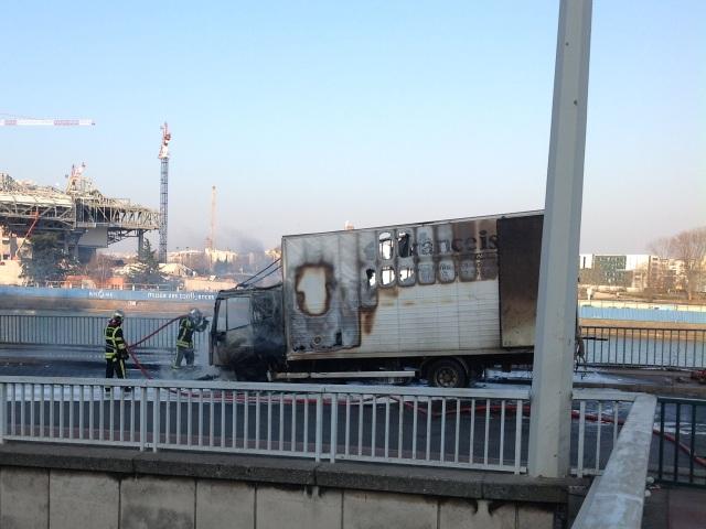 Lyon : un camion en feu sur le pont de la Mulatière