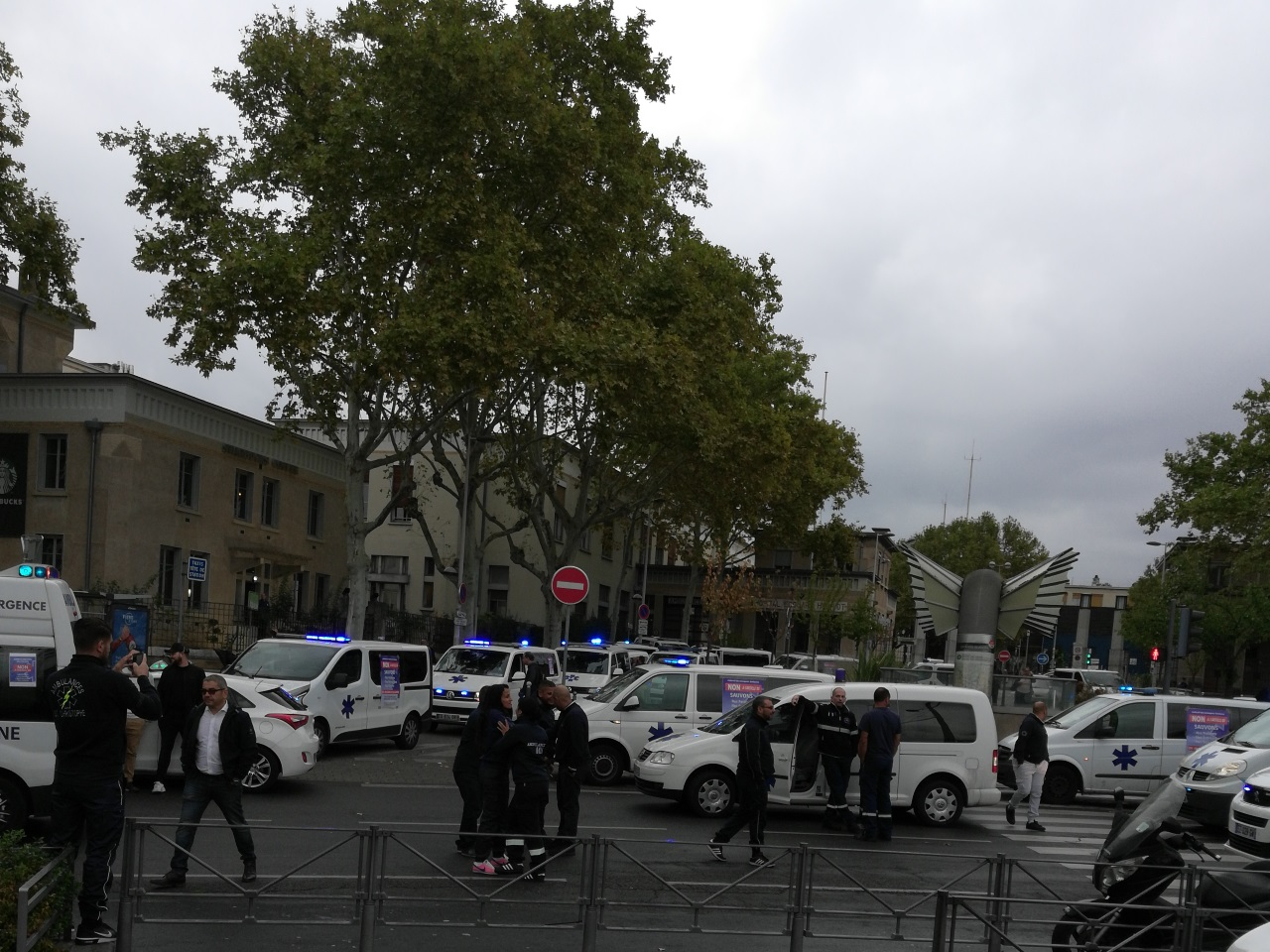 Les ambulanciers devant l'hôpital Edouard Herriot - Lyonmag.com