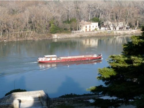 Une péniche vide s'encastre dans le barrage de Reventin