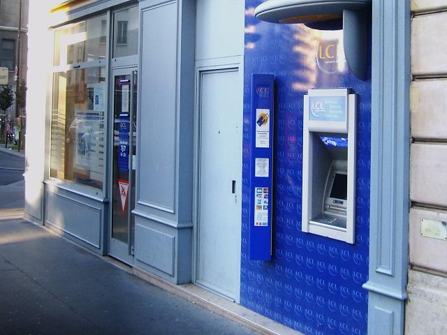 Un Lyonnais oublie 400 euros au distributeur, un couple lui rend son argent
