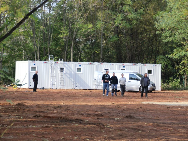 Oullins : les bungalows pour les Albanais commencent à être installés