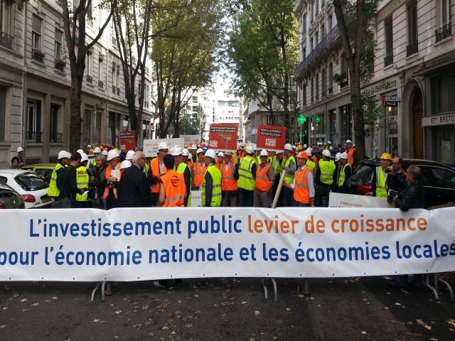 Lyon : 650 représentants des entreprises de travaux publics manifestent devant la préfecture