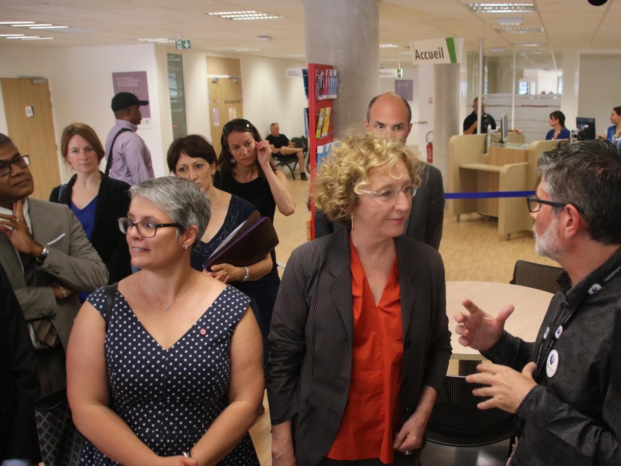 Anne Brugnera (députée LREM) et Muriel Pénicaud s'entretiennent avec un employé du Pôle emploi - LyonMag