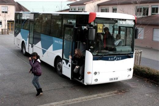Un car scolaire accidenté dans le Rhône