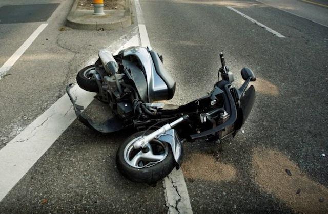 Un conducteur de scooter se blesse gravement en tentant d'échapper à la police