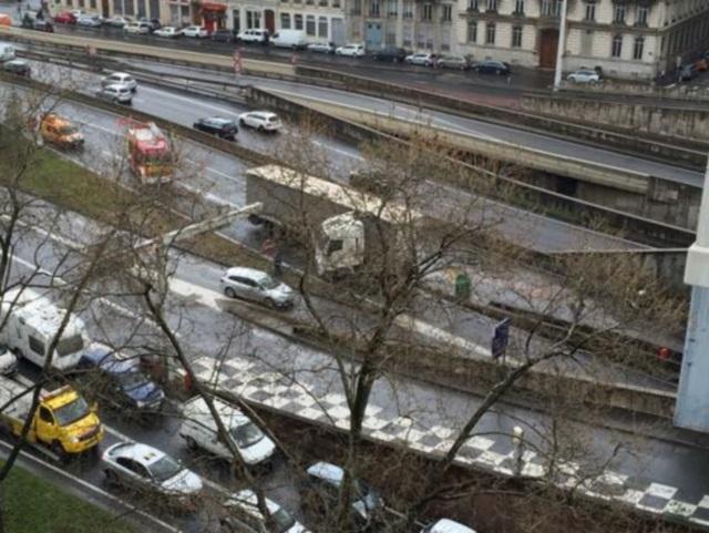 Rendue glissante par du gasoil, l'A6 est coupée à la Porte du Valvert