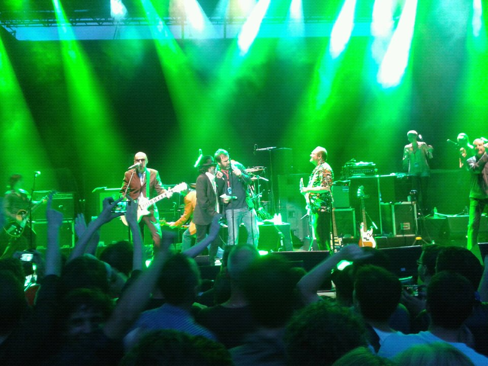 Eric Cantona, Mick Jones et Rachd Taha chantent les Clash - Photo MyonMag
