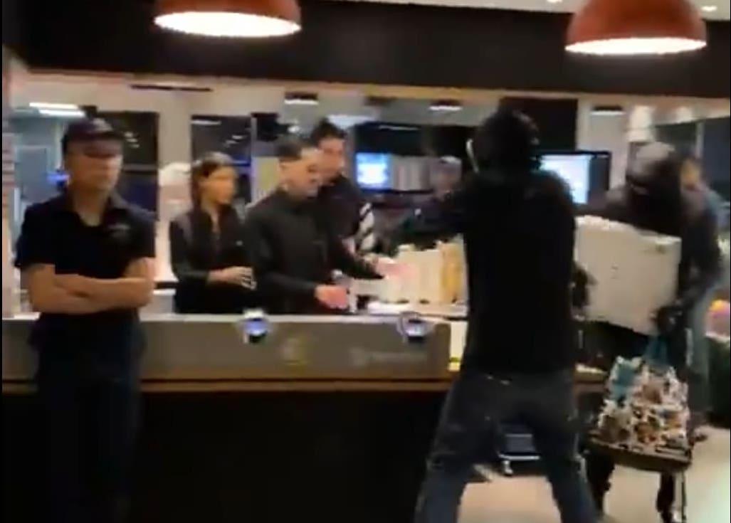 Vidéos: Un laborieux braquage de McDonald's filmé par des clients sidérés