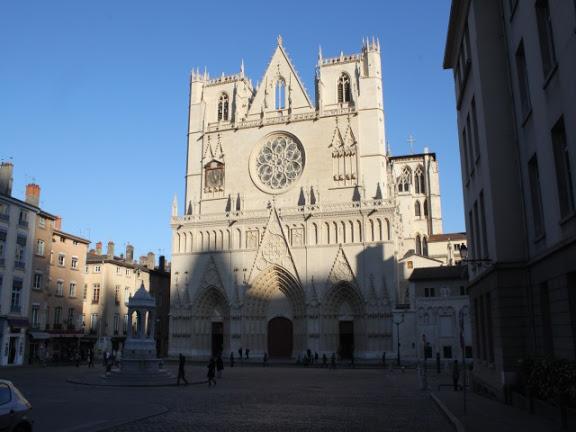 """Il veut """"tuer tout le monde avec une Kalachnikov"""" devant la cathédrale Saint-Jean : un homme interpellé à Lyon"""