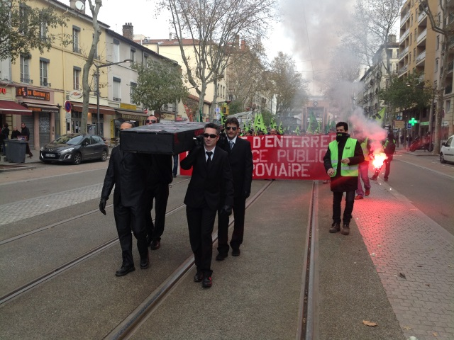 Les cheminots dans le cours Charlemagne - LyonMag