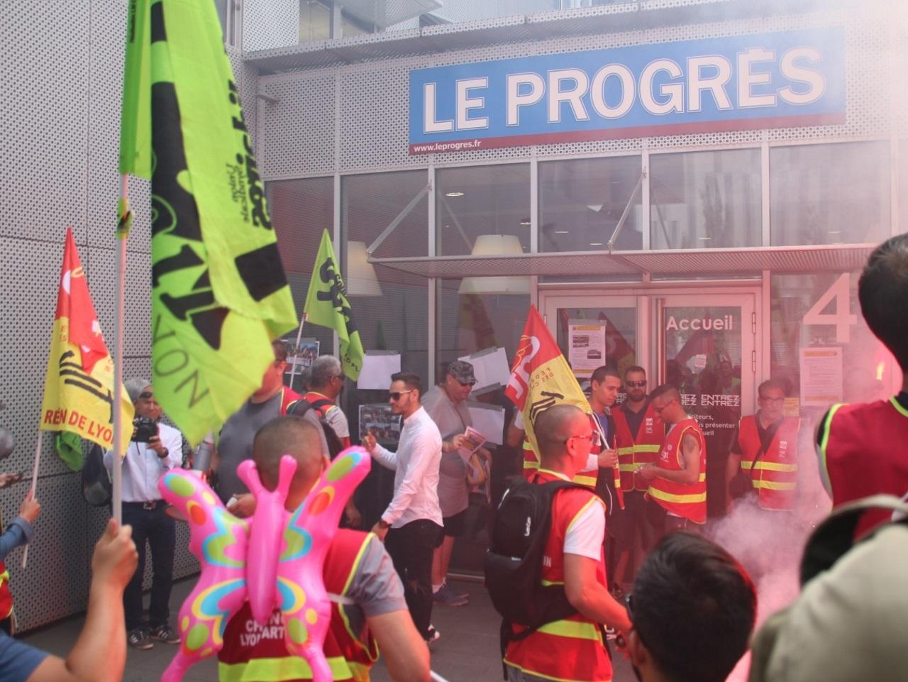 Les cheminots ont fait une étape devant les locaux du Progrès - Lyonmag.com