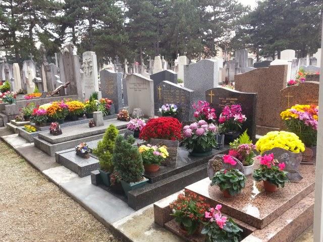 Bron : des ornements mortuaires et des tombes du cimétière dégradés