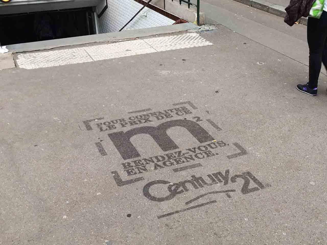 Publicités éphémères sur les trottoirs