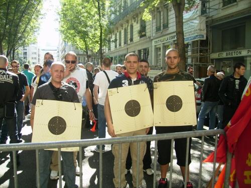 Les convoyeurs de fonds, cibles autour du cou, ce matin devant la préfecture - Photo Lyonmag.com