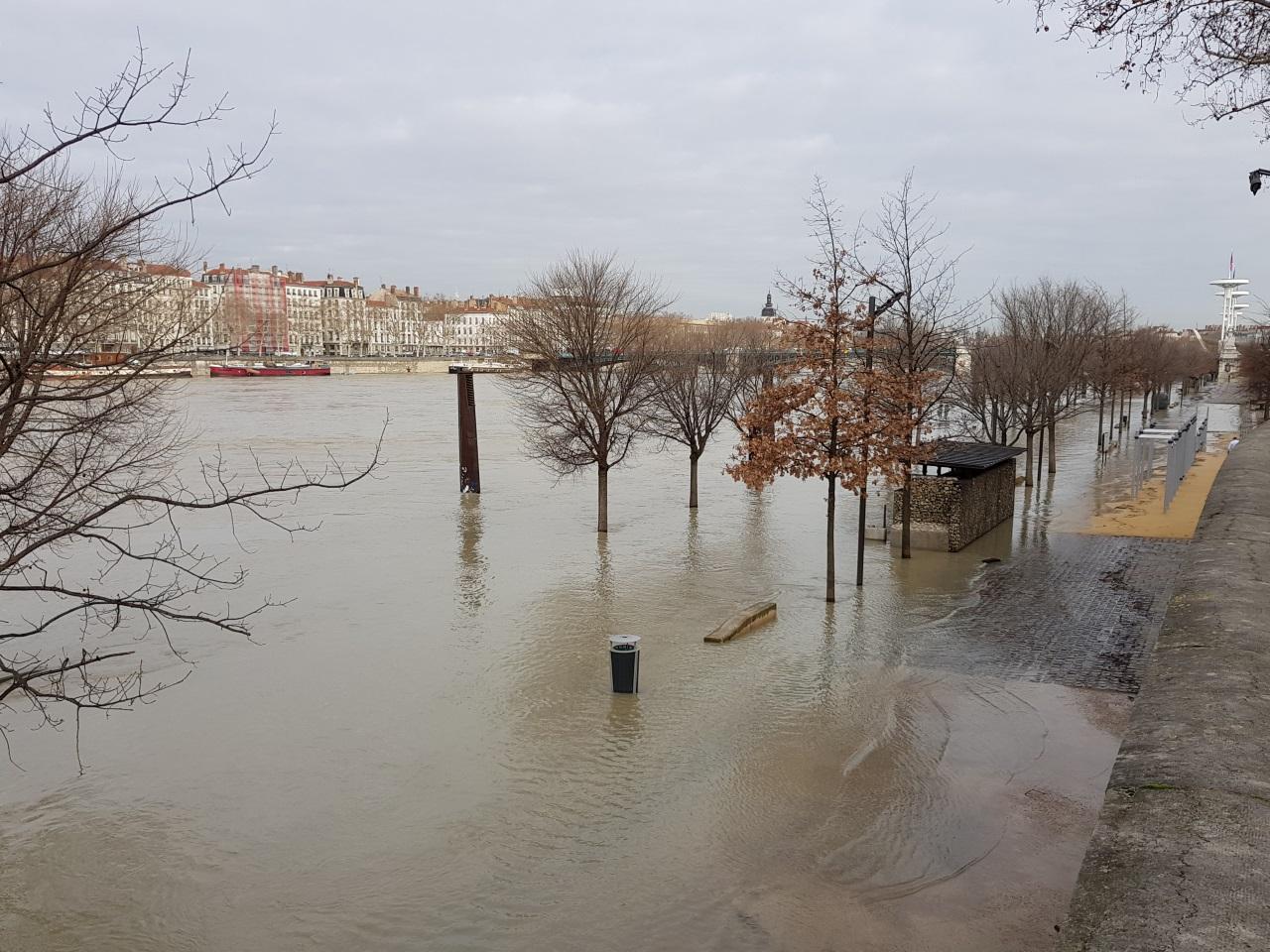 Le Rhône débordait ce mardi matin à Lyon - LyonMag