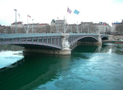 Pont Lafayette: la bombe sortie du Rhône