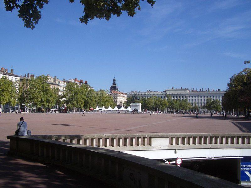 "Incertitude autour de l'""apéro facebook"" de Lyon"