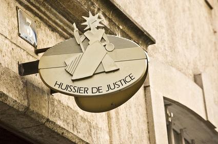 Lyon : elle frappe une policière pendant une visite de l'huissier