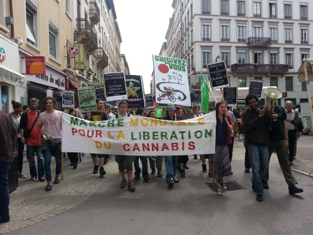 Lyon : une trentaine de personnes à la marche mondiale pour le cannabis