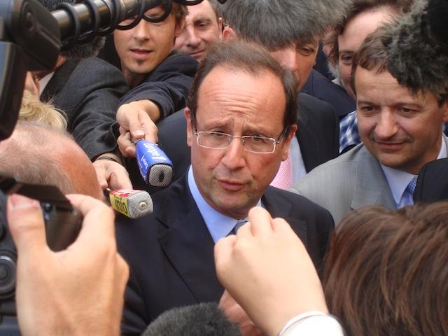 François Hollande accueilli à Lyon par une trentaine de militants de la CRI