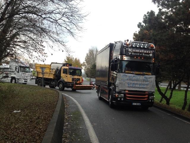 Abandon de l'écotaxe : les transporteurs suspendent leur manifestation en Rhône-Alpes