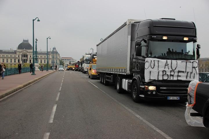 Rhône : les routiers organisent de nouveau une opération escargot contre l'écotaxe